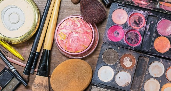dirty-makeup-brushes-wash-makeup-brushes-makeup-disease-acne-contamination